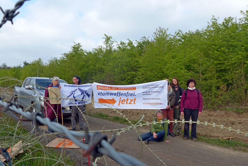 Teilnehmerinnen von Büchel17 auf dem Militärflugplatz Büchel am 30 4 2019 1024